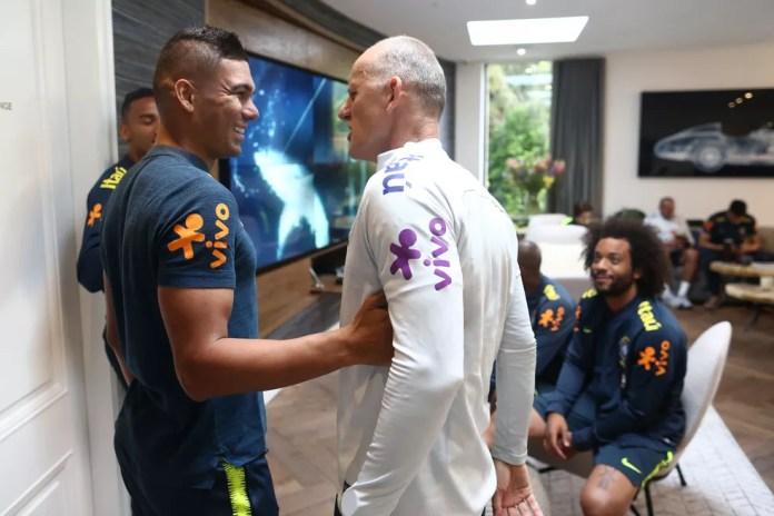 Volante conversa com Taffarel, preparador de goleiros do Brasil, e Marcelo observa (Foto: Lucas Figueiredo/CBF)