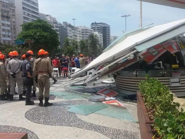 Bombeiros socorrem vítimas de desabamento de quiosque na Praia de Copacabana. (Foto: Elisa de Souza/ G1.)