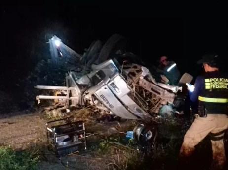 Motorista perdeu o controle do caminhão, segundo PRF (Foto: Divulgação/PRF)