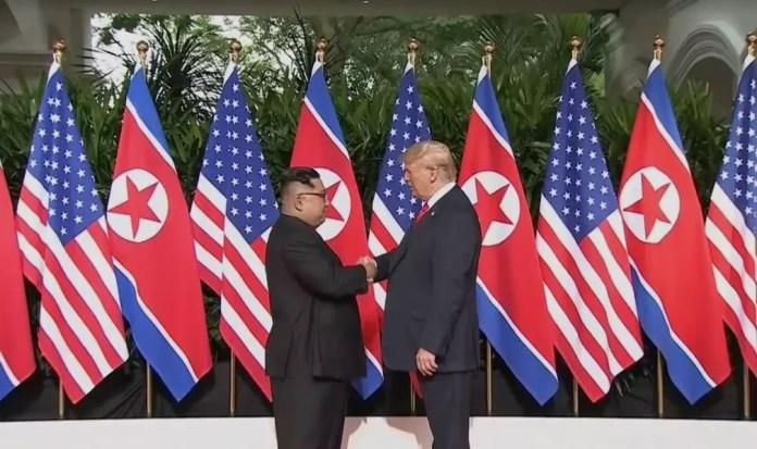 Trump e Kim apertam as mãos em encontro histórico em Singapura (Foto: Reprodução)