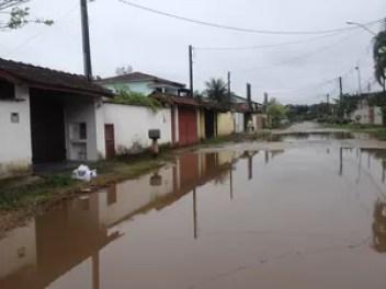 Em dias de chuva rua fica alagada sem condições de caminhar (Foto: Flavio Cândido/VC no G1)
