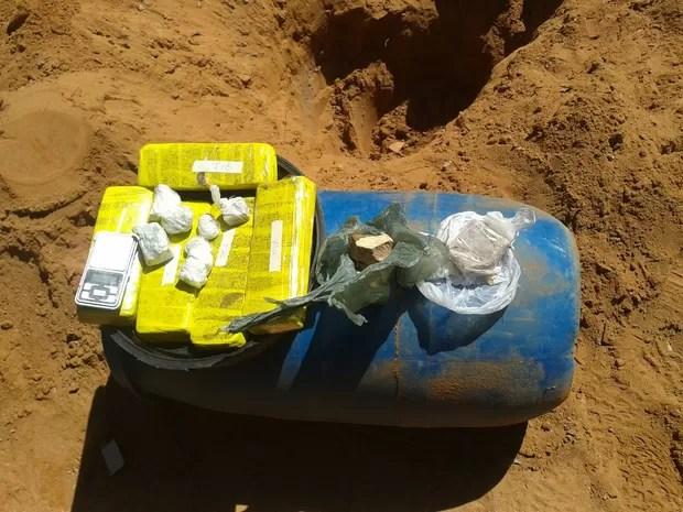 Droga foi encontrada no terreno de uma casa em Petrolina (Foto: Divulgação / Polícia Militar)