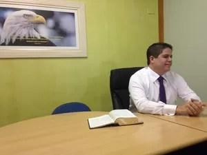 Prefeito Luis Cláudio Bili durante entrevista, na manhã desta segunda (9) (Foto: Guilherme Lucio da Rocha/G1)