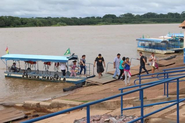 Brasileiros foram fazer compra na Bolívia nesta quinta, 11 (Foto: Júnior Freitas/G1)