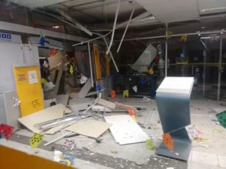 Parte a agência bancária de Iguaraci ficou destruída após a ação dos criminosos (Foto: Divulgação)