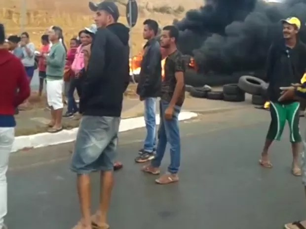 Moradores fazem barreira com pneus em chamas na DF-463 (Foto: TV Globo/Reprodução)