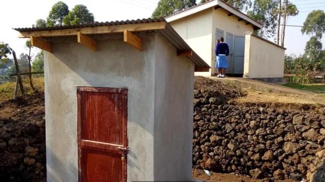Bactérias estão gerando energia para as luzes de um banheiro de uma escola de meninas em um vilarejo em Uganda (Foto: Bristol BioEnergy Centre)