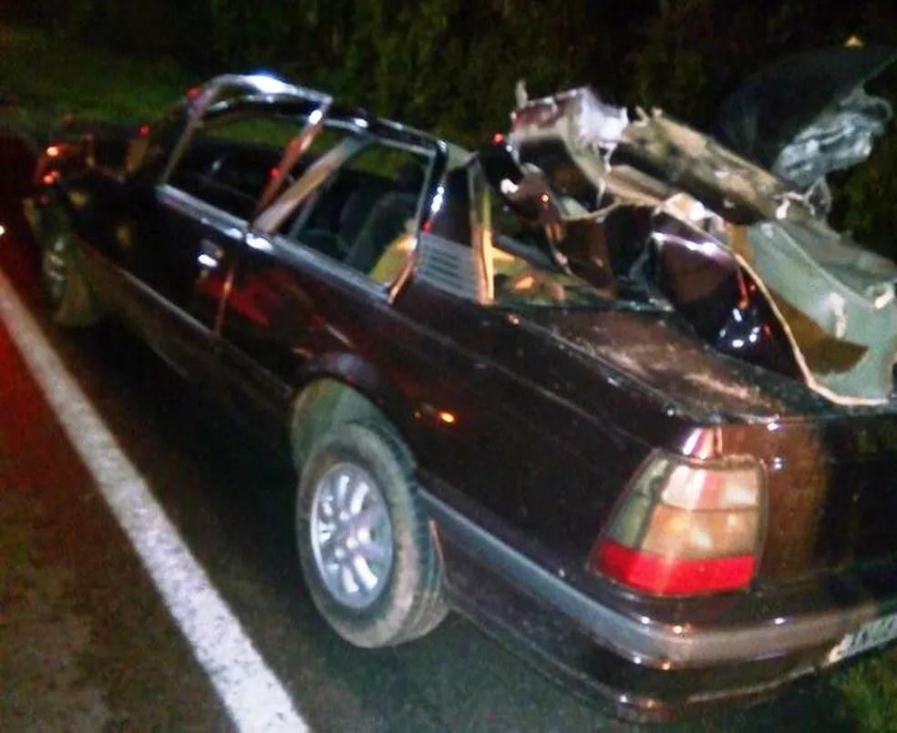 Passageiro morreu após carro bater na traseira de caminhão na BR-116 neste domingo em Mafra (Foto: Corpo de bombeiros militar de Mafra)