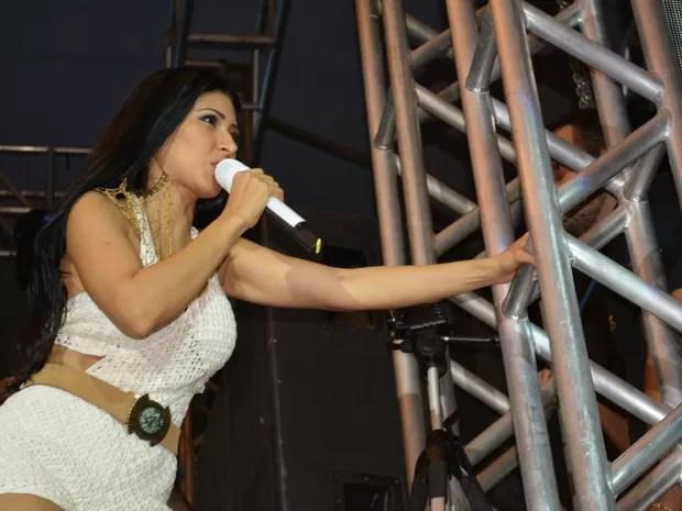 Simaria sensualiza durante show realizado em Porto Velho (Foto: Jonatas Boni/ G1)