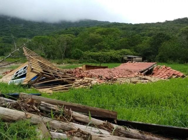 Casa foi derrubada pela força da água da chuva (Foto: Bianca Ingletto/NSC TV)