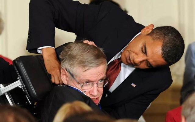 Stephen Hawking recebe a Medalha Presidencial da Liberdade do então presidente dos Estados Unidos, Barack Obama, na Casa Branca  (Foto: Jewel Samad / AFP Photo)