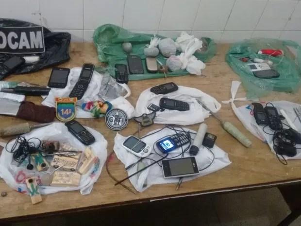 Material apreendido na Cadeia de Serra Talhada foi levado para a delegacia do município (Foto: Divulgação/Polícia Militar)