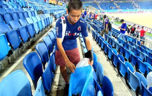torcida japao lixo3 chandyteixeira 95 Brilliant! Japan fans pictured cleaning stadium again after Greece draw