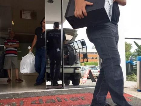 Policiais apreendem computadores e documentos no hospital Daher, no Lago Sul, em Brasília, na 2ª fase de operação contra a 'máfia das próteses' (Foto: Gabriel Luiz/G1)