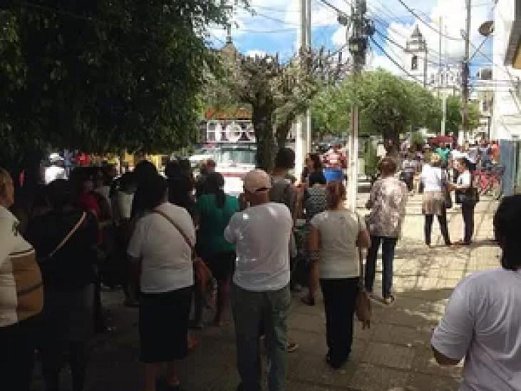 Professores protestam em frente à Secretaria de Administração em Goiana, na Zona da Mata de PE (Foto: Ana Paula Borges/WhatsApp)