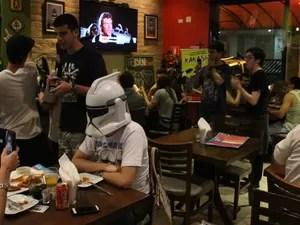 Fãs de Star Wars se reuniram em bar para evento na sexta-feira (Foto: LG Rodrigues / G1)