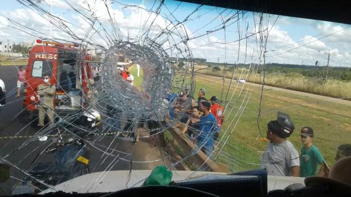 Foto mostra buraco em vidro atingido por pedra em Vilhena (Foto: PRF/Divulgação)