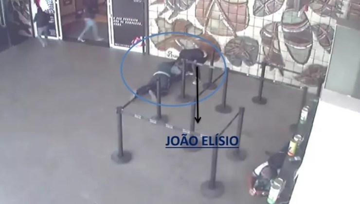 Um dos assaltantes de carro-forte foi flagrado durante a ação no Shopping Recife — Foto: Polícia Civil/Divulgação