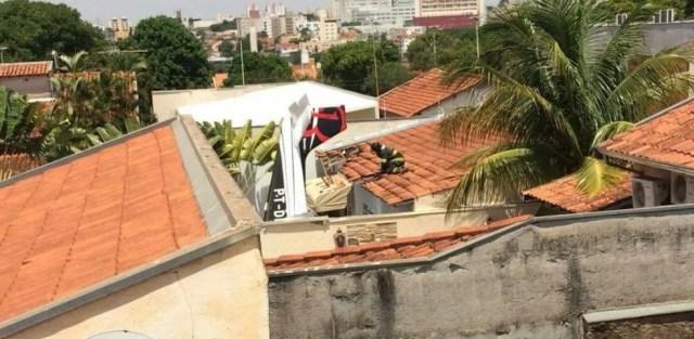 Avião caiu em casa no bairro Alto Rio Preto (Foto: Arquivo Pessoal)