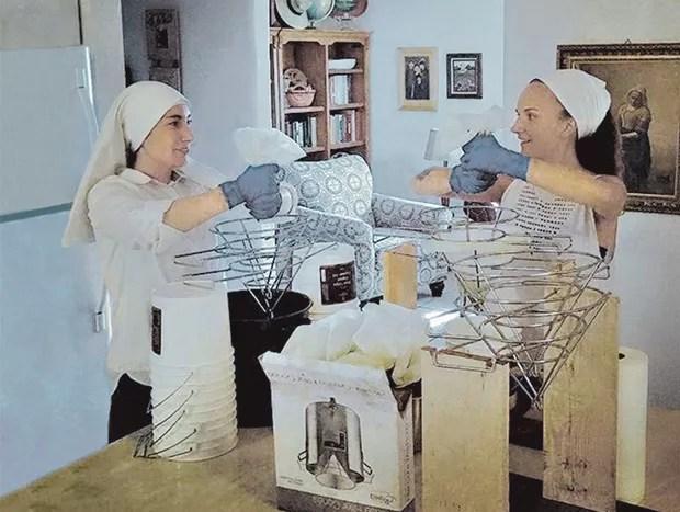 """As """"irmãs"""" durante a colheita da planta e o preparo dos produtos derivados da erva (Foto: Reprodução Instagram)"""