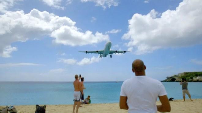 Aeroporto está a pouco metros da praia de Maho (Foto: BBC)