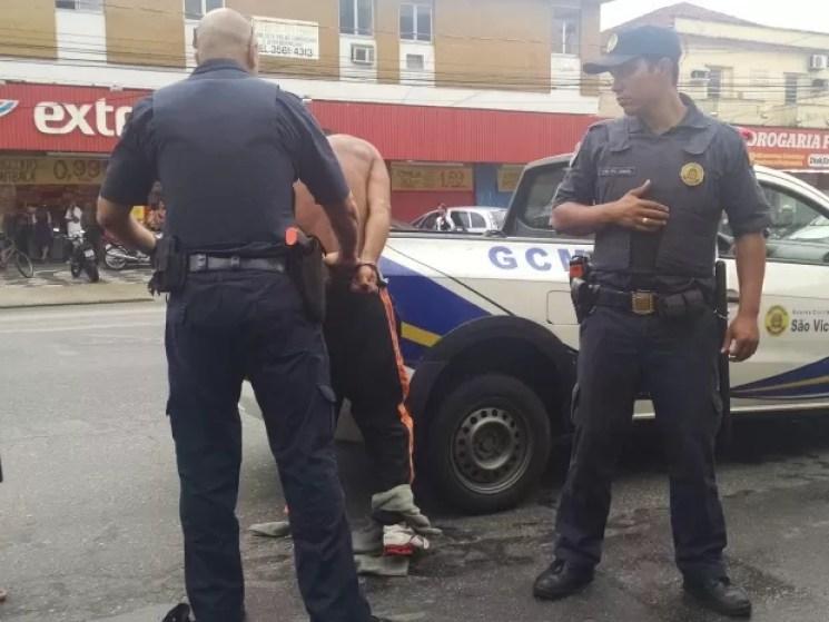 Suspeito foi preso após à chegada da Guarda Municipal (Foto: Rafaella Mendes/G1)