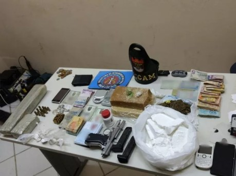 Material foi apreendido com o trio suspeito de tráfico de drogas em Santa Cruz do Capibaribe (Foto: Divulgação/Polícia Civil)