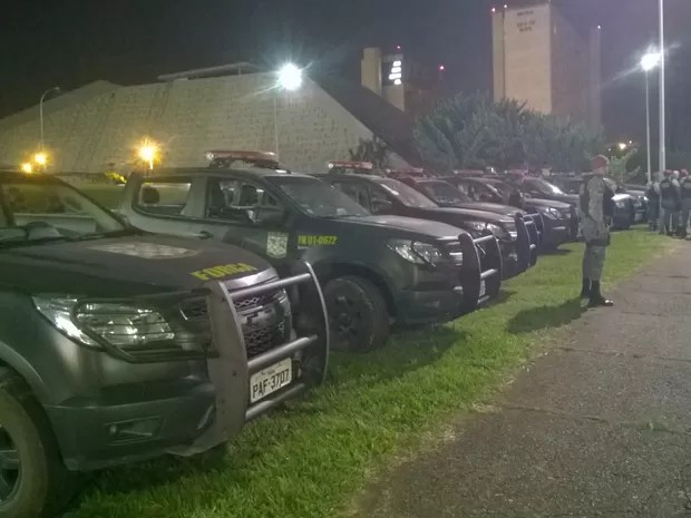 Força Nacional acompanha a montagem do acampamento no estacionamento do Teatro Nacional (Foto: Fernando Caixeta/G1)