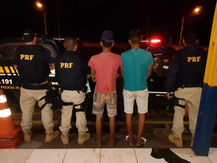 Dois jovens foram detidos no sábado (9), com motos que possuíam adulteração e falsificação  — Foto: Polícia Rodoviária Federal