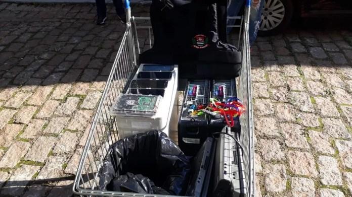 Em Marília, equipamentos eletrônicos foram apreendidos durante a operação  (Foto: Romeu Neto / TV TEM )