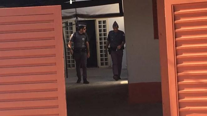 Policiais dentro da casa onde o homem matou as vítimas (Foto: Patrick Lima/TV TEM)