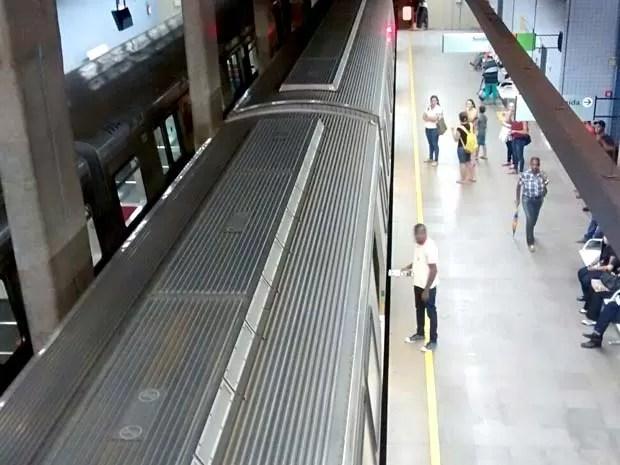 Trens do Metrô do DF parados na estação Central; composição teve problema na tração (Foto: Lucas Nanini/G1)