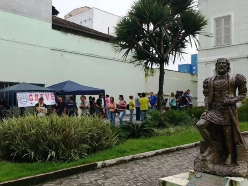 Manifestantes se reúnem em frente ao Paço Municipal de São Vicente (Foto: Roberto Strauss/G1)