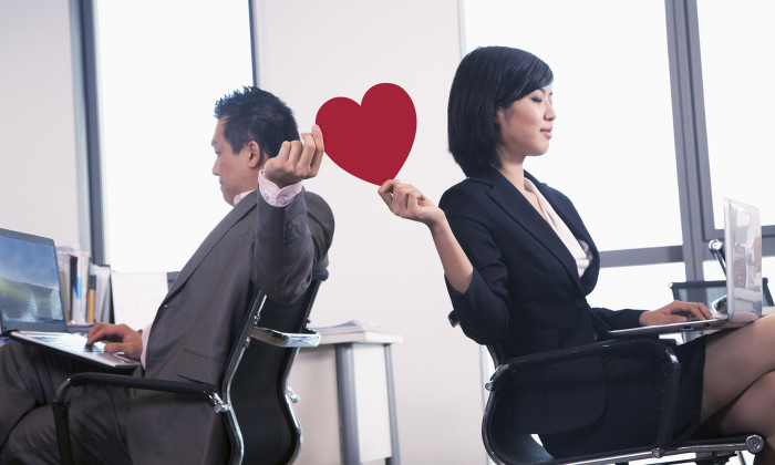 Hrs Guide To Handling Office Romance Human Resources Online