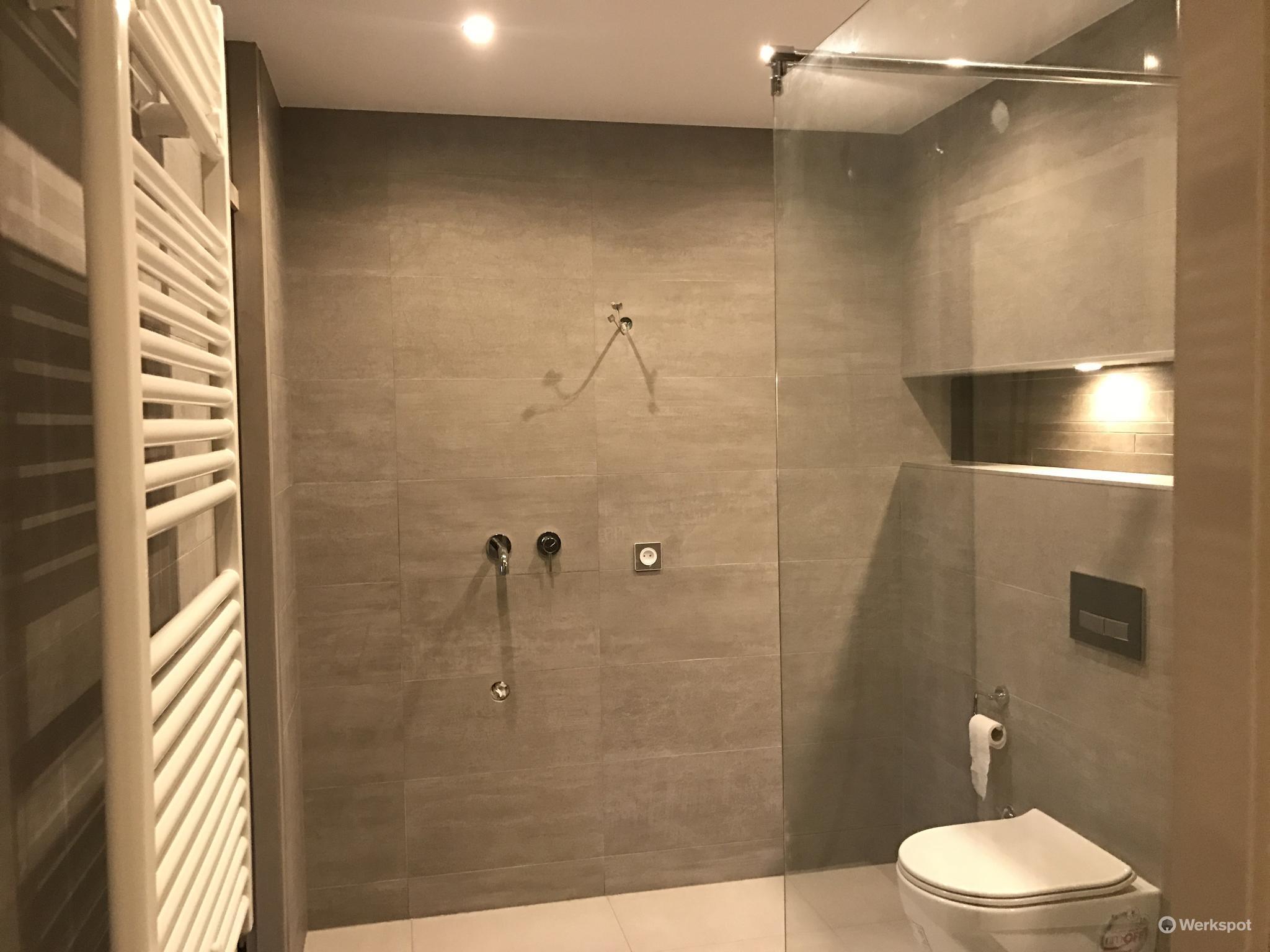Badkamer Douche Plaatsen : Badkamer douche inbouwen kleine badkamers met wasmachine