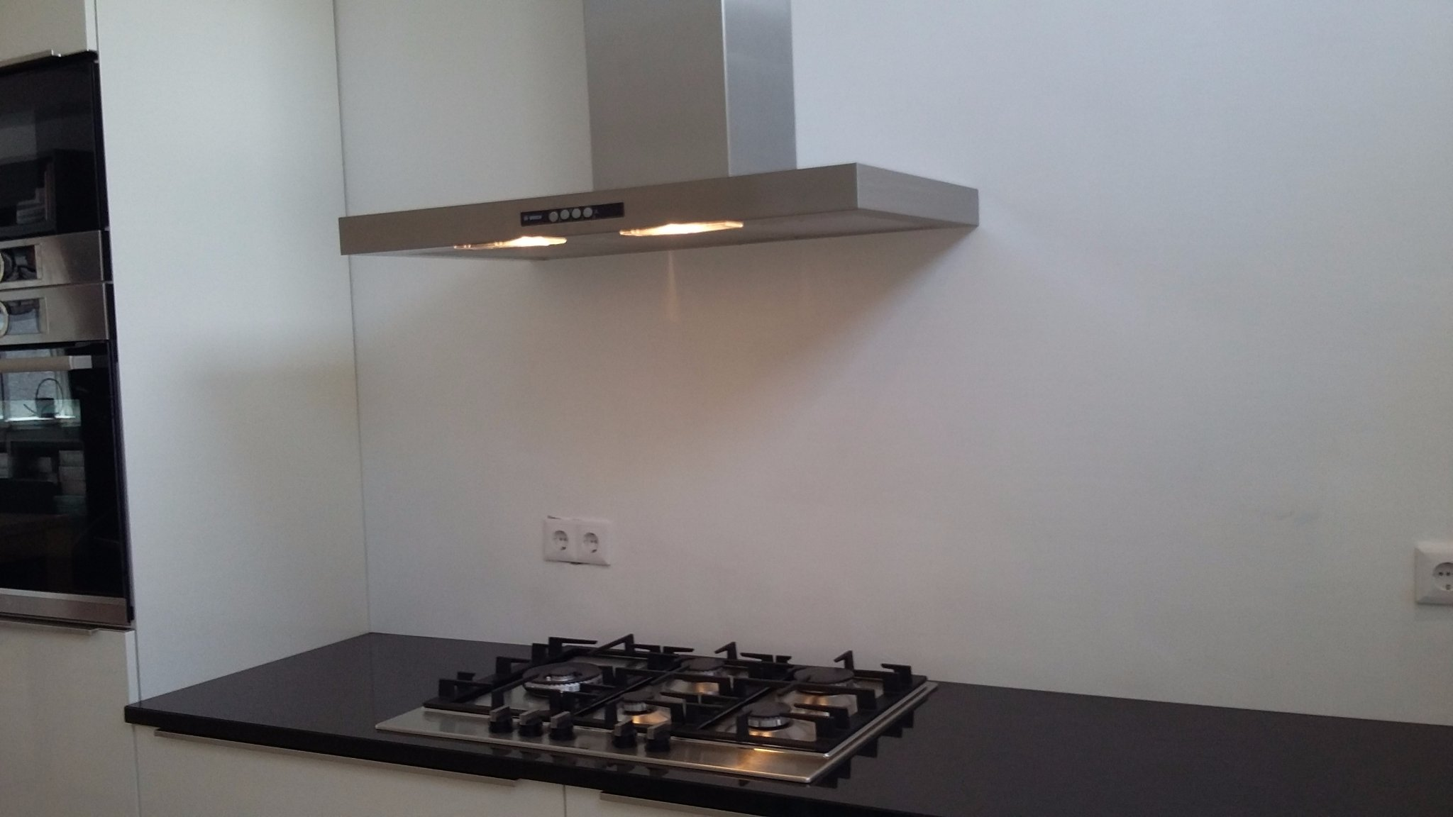 Achterwand keuken lakken galant open kast wit gelazuurd eikenfineer