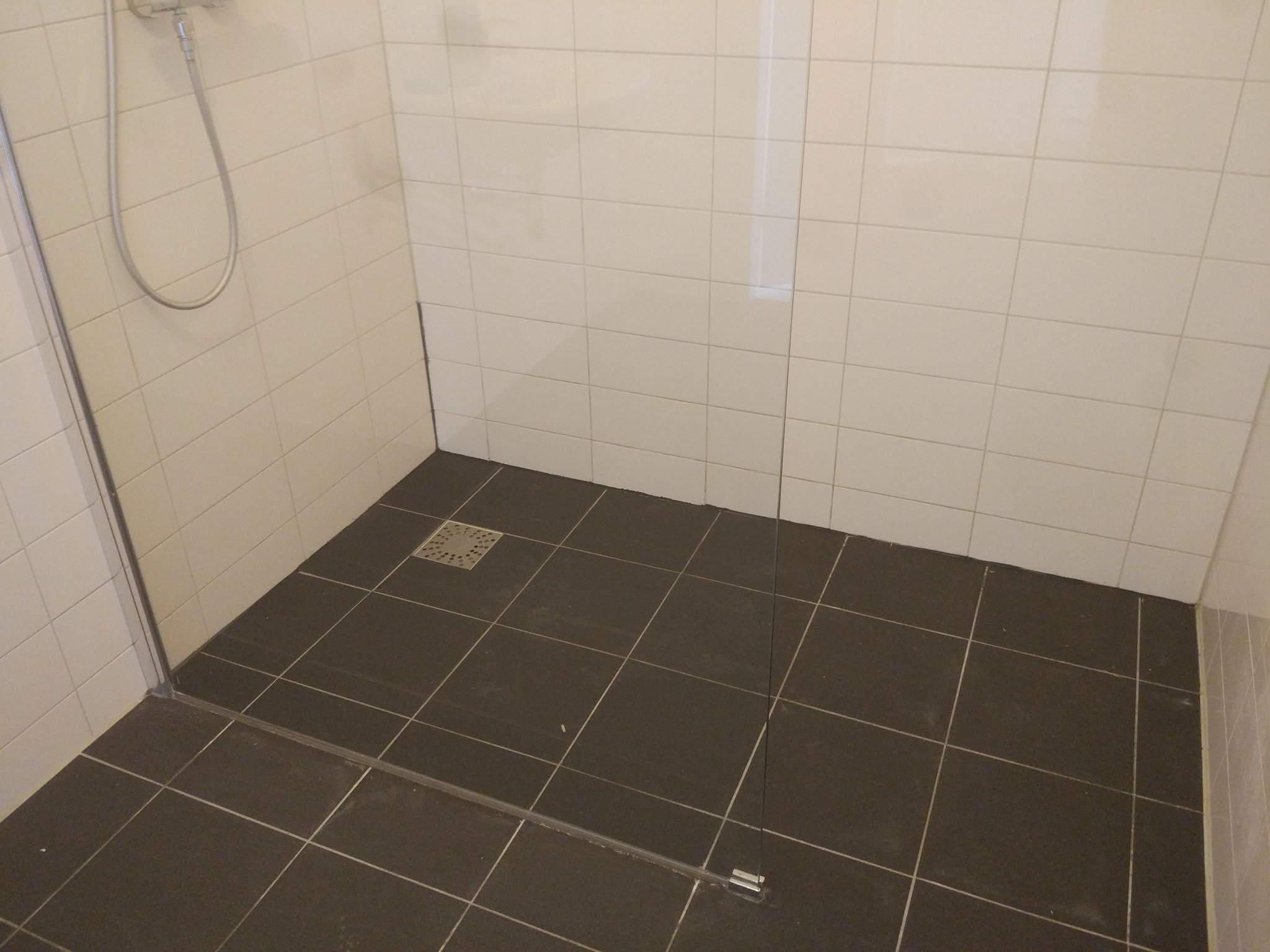 Grijze badkamer kit quick step imu eik grijs met zaagsnedes