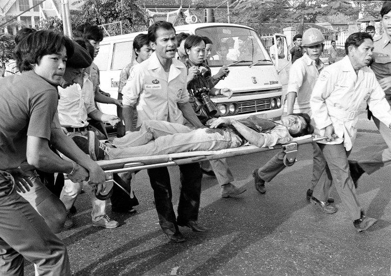 El fotógrafo de la AP Neal Ulevich ganó un Premio Pulitzer por su trabajo durante la masacre de Bangkok hace 40 años (AP)