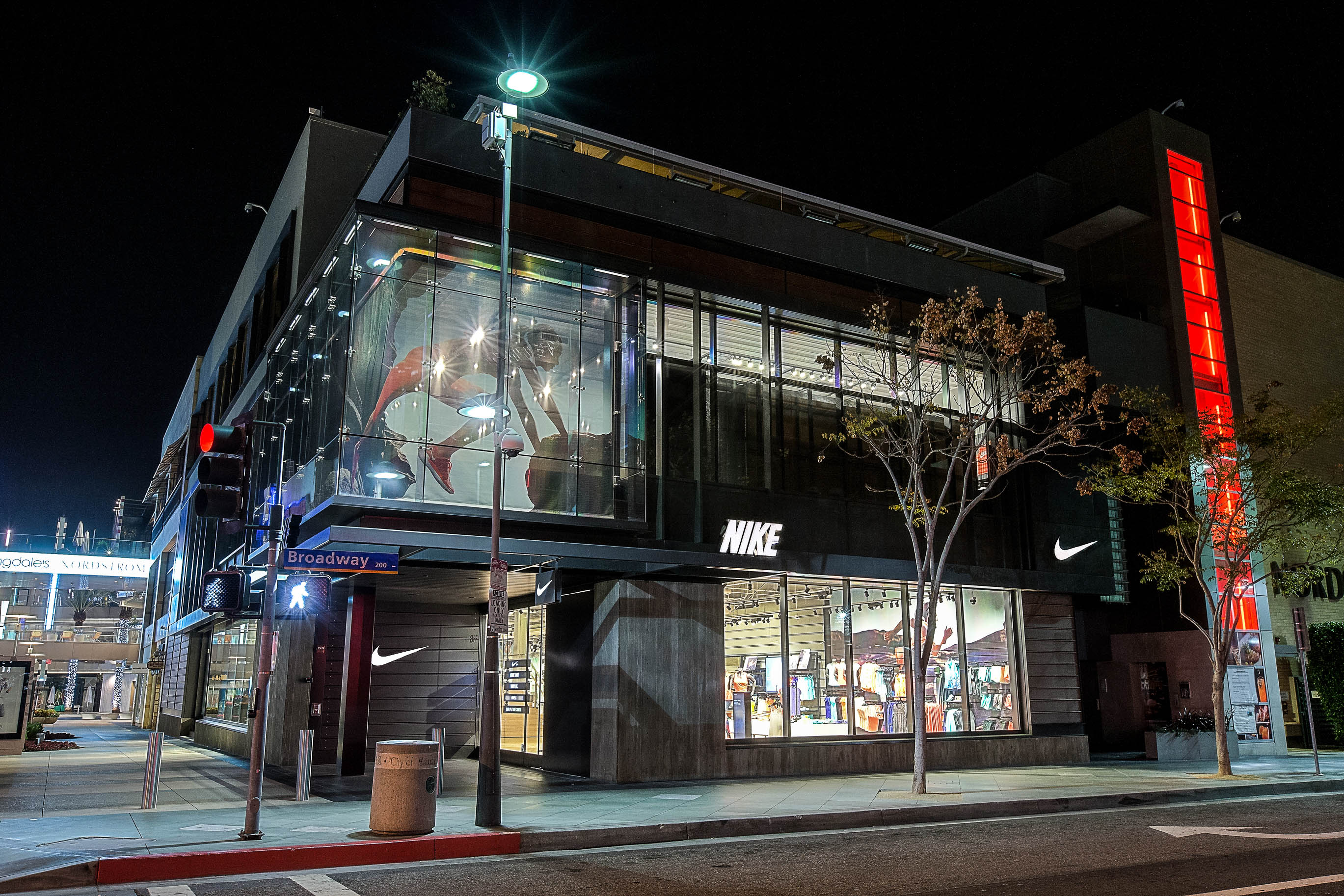 Store Exterieur Amazon Nike Reopens Santa Monica Store With New Focus On Women 39s