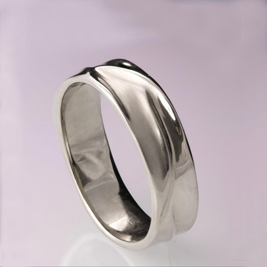 mens platinum wedding rings Platinum wedding rings for men look attractive To get the best men s platinum wedding rings ensure that they are of the finest quality of pure platinum