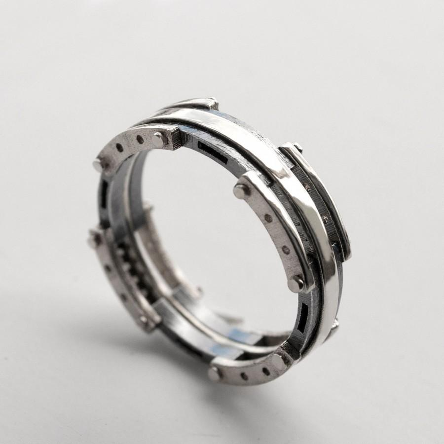mens platinum wedding bands Platinum wedding rings for men look attractive To get the best men s platinum wedding rings ensure that they are of the finest quality of pure platinum
