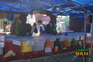 Drinks at the Lok Kawi Ramadan Bazaar in all the colours of the rainbow