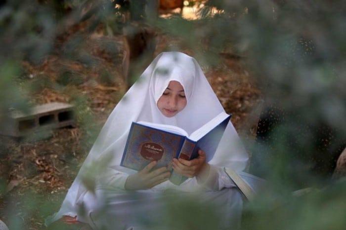 Iphone Wallpaper Hd Cute Wanita Muslimah Baca Al Quran Sahabatnesia