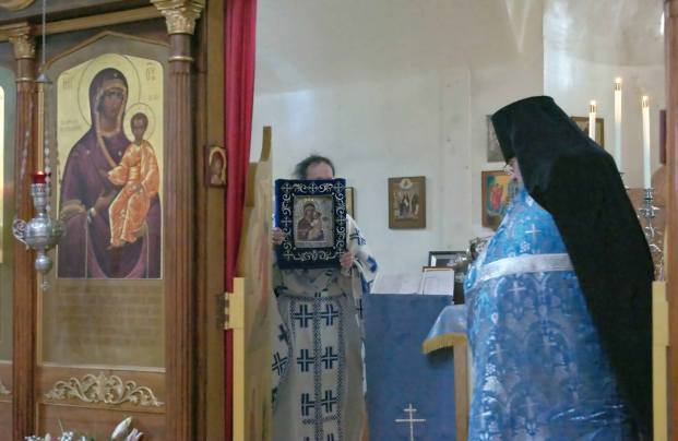 Carrying the icon around the altar.