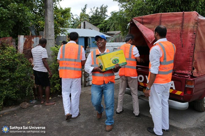 Mauritius Relief Sathya Sai volunteers distributing food and supplies