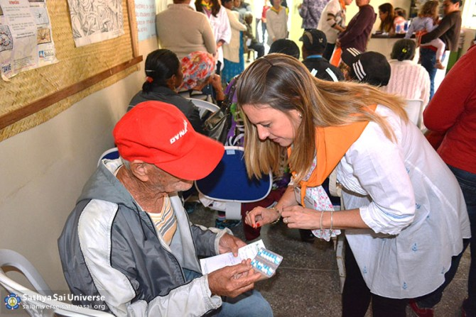 Z2B-Brazil-2015-06-Northeast Committee - volunteers Distributing Medications (2)