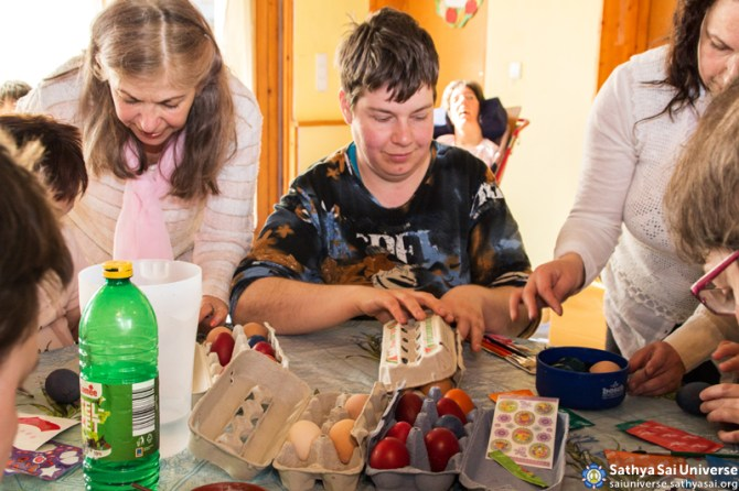 03192016_Hungary_care_home_painting_eggs4 copy