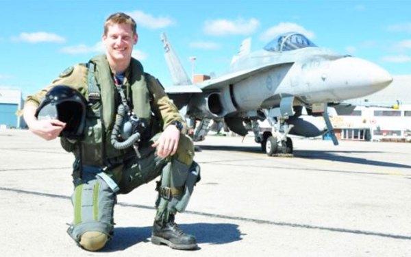 کاپیتان تاماس مک کوئین 29 سال بیشتر نداشت ولی ده سال سابقه خدمت و پرواز داشت. او از  نوجوانی آرزویی جز پرواز نداشت.