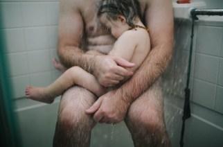 Une photographe et maman émue, prend un cliché de son mari sous la douche avec leur fils d'un an… Et le scandale s'ensuit…
