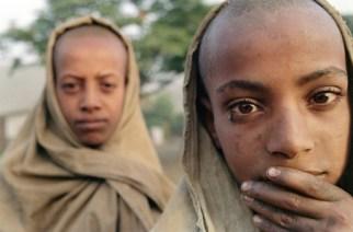 Des enfants attendent de la nourriture, dans un village de la région du Tigre en Ethiopie, le 8 juin 1991 | AFP/Archives | ALEXANDER JOE